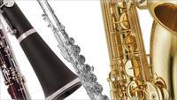 4. 목관악기군(1) <BR><BR>목관악기(木管樂器, woodwind instrument)는 나무를 재료로 해서 만들어진 관악기(管樂器)의 총칭인데, 근래에 와서 피콜로, 플루트와 많지는 않으나 클라리넷 등 일부 목관악기가 제조와 가공의 용이성, 재질(材質)의 안정성과 재료 입수 등의 유리한 점 때문에 목재 대신 금속제로 제작된다. 그러나 이러한 악기들은 초기에 목제(木製)였으며 재료가 금속으로 바뀌었지만 목관의 음색을 그대로 보유, 유지하고 있기 때문에 금속으로 만들어졌다 하더라도 금관악기로 분류하지는 않고 목관악기로 분류된다. 색소폰은 본래부터 금속제 악기이지만 클라리넷과 같은 싱글 리드악기로 구조, 연주법, 음색이 목관악기인 클라리넷과 유사하기 때문에 목관악기로 취급된다. <BR><BR>관악기는 관의 길이에 따라 음역이 정해진다. 정규 관현악에 포함되는 정규 목관악기는 소프라노 음역의 플루트(Flute), 알토 음역의 오보에(Oboe), 테너 음역의 클라리넷(Clarinet), 베이스 음역의 바순(Bassoon)이다. <BR><BR>목관악기는 오케스트라 편성의 기준을 제시하며, 또한 오케스트라의 편성에 따라 동족(同族) 목관악기의 종류와 숫자가 정해진다. 2관(2管)편성의 오케스트라의 경우, 각각의 목관악기가 2대씩으로 편성된다. 즉, 피콜로(Piccolo, 또는 Piccolo ottavino)1, 플루트, 오보에, 클라리넷, 파곳이 각각 2개로, 피콜로는 포함되지 않는 경우도 많다. 3관(3管)편성의 경우 각 파트에 필요한 동족악기(同族樂器)가 한 대씩 더 추가되어 한 파트가 세 대의 동족악기로 구성된다. 플루트 파트에 높은 음역 쪽의 동족악기인 피콜로가 거의 필수적으로 추가 되며, 오보에 파트에 낮은 음역 쪽의 동족악기인 잉글리시혼(English Horn, 또는 Cor Anglais), 클라리넷 파트에 높은 음역 쪽의 동족악기인 E♭(내림마조)클라리넷, 바순 파트에 베이스클라리넷 또는 낮은 음역 쪽의 동족악기인 콘트라바순(Contra Bassoon)이 추가되어 음량의 비례에 적응할 뿐아니라 음색적 변화와 각 퍼트의 음역을 확장하는 효과도 가져오는 등 부차적인 효과도 얻는다. 악기의 추가배치의&nbsp;&nbsp;원칙은 절대적인 것은 아니고 필요에 따라 취사선택할 수 있으며 다른 악기로 대체할 수도 있다. <BR><BR>